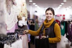 Выбирать девушки   на магазине одежды Стоковое фото RF