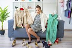 выбирать девушку одежд Стоковая Фотография RF