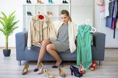 выбирать девушку одежд Стоковое Изображение RF