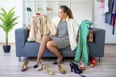 выбирать девушку одежд Стоковые Фото