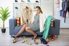 выбирать девушку одежд Стоковые Изображения