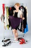 выбирать женщину одежд Стоковое фото RF