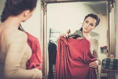 выбирать женщину одежд Стоковое Изображение RF