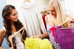 выбирать одежд стоковые изображения