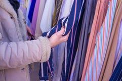 выбирать одежды Стоковые Фото