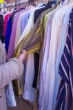 выбирать одежды Стоковые Изображения RF