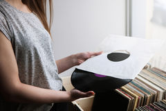Выбирать ретро показатели винила в магазине музыки Стоковое Изображение