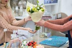 Выбирать специальный цветочный магазин букета Стоковые Изображения RF