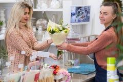 Выбирать специальный цветочный магазин букета Стоковая Фотография