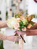 Выбирать специальный цветочный магазин букета Стоковые Фотографии RF