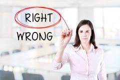 Выбирать справедливо вместо неправды Право выбранное с красной отметкой Предпосылка офиса стоковые изображения