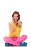 выбирающ женщину телефона переговора вы Стоковые Изображения