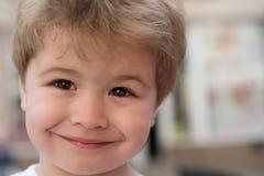 Выбирающ стиль причесок который приспосабливает мою форму стороны Маленький ребенок с стильной стрижкой Маленький ребенок с корот стоковое фото rf