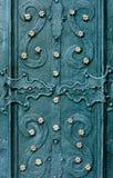 Выбитая металлическая зелен-голубая предпосылка с барочными деталями и с кнопками metal цветки золота Стоковое фото RF