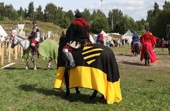 ВЫБОРГ, РОССИЯ - 17-ОЕ АВГУСТА 2013: Фото конноспортивного турнира рыцарей Стоковое Изображение