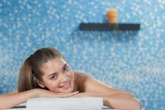 Выборочный фокус молодой женщины ослабляя во время заднего массажа стоковые фото