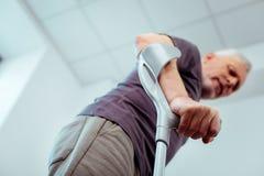 Выборочный фокус мужской руки держа костыли стоковое фото rf