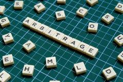 Выборочный фокус слова арбитража сделанный из квадратного блока письма на зеленой квадратной предпосылке циновки стоковые фотографии rf