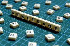 Выборочный фокус слова арбитража сделанный из квадратного блока письма на зеленой квадратной предпосылке циновки стоковые изображения rf