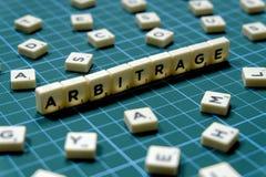 Выборочный фокус слова арбитража сделанный из квадратного блока письма на зеленой квадратной предпосылке циновки стоковая фотография