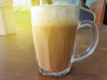 Выборочный фокус чая с молоком в кружке или популярно известным как Tarik в языке малайца стоковое изображение rf