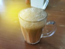 Выборочный фокус чая с молоком в кружке или популярно известным как Tarik в языке малайца стоковые фото
