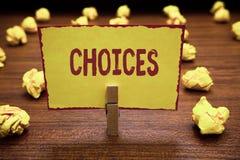 Выборы текста сочинительства слова Концепция дела для вариантов выбирая между зажимкой для белья двух или больше решений возможно стоковое изображение rf