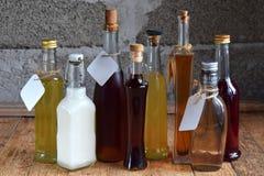 Выбор алкогольных напитков Комплект вина, рябиновки, настойки, тинктуры, коньяка, бутылок вискиа Большое разнообразие спирта и sp стоковые фотографии rf