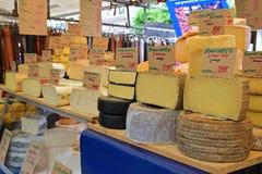 Выбор блока круглого сыра на рынке утра в Амстердаме Стоковое Фото