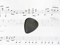 Выбор гитары на листе примечания с платами Стоковые Фотографии RF