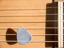 Выбор гитары на палубе акустической гитары с строками нейлона Стоковое Изображение RF