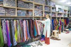 Выбор девушки одежды в индийском магазине Стоковые Изображения RF