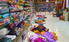 Выбор девушки одежды в индийском магазине Стоковое Фото