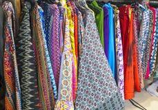 Выбор девушки одежды в индийском магазине Стоковое Изображение