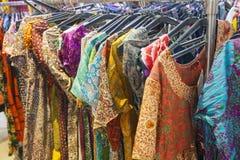 Выбор девушки одежды в индийском магазине Стоковое Изображение RF