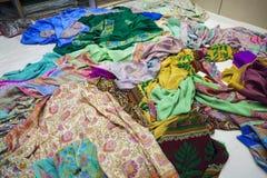 Выбор девушки одежды в индийском магазине Стоковые Изображения