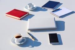Выбор деталей дела на солнечном свете белой таблицы внешнем ярком Стоковые Фото
