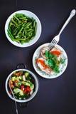 Выбор здоровой еды на черной предпосылке, взгляд сверху скопируйте космос стоковые фото