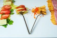 Выбор здоровых или высококалорийной вредной пищи стоковое фото