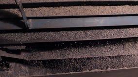 Выбор и задавливать задавленных щебня и камня Автоматическая машина на обработке задавленных каменных работ на принципе стоковые фотографии rf