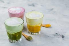 Выбор красочных супер lattes на мраморной предпосылке Стоковая Фотография RF