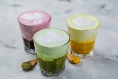 Выбор красочных супер lattes на мраморной предпосылке Стоковое Фото