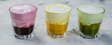 Выбор красочных супер lattes на мраморной предпосылке Стоковая Фотография