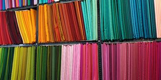 Выбор красочных тканей для продажи стоковые изображения rf