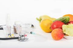 Выбор между лекарствами и здоровой едой Стоковые Фото