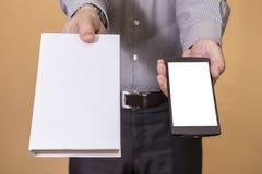 Выбор между книгой и мобильным телефоном Стоковые Фото