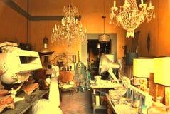 Выбор освещения в ретро магазине старья стоковая фотография rf