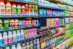 Выбор питья в ночном магазине 7 11 Стоковая Фотография