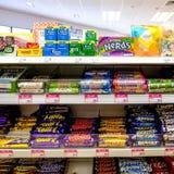 Выбор популярных шоколадов и кондитерскаи доступных в Великобритании стоковые фото
