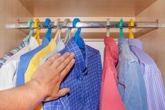 Выбор рубашек в шкафе Стоковые Фотографии RF